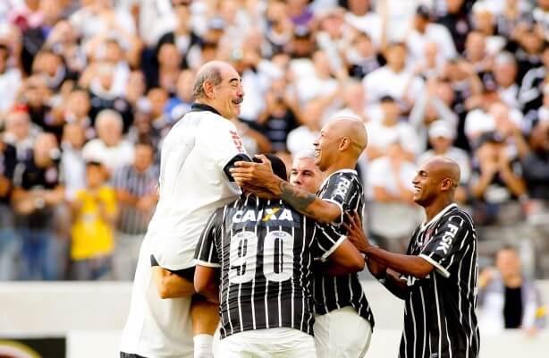 Rivellino Comemorando Gol na Neo Química Arena